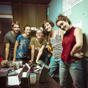 Thomas, Jo-Anna, Cécile, Morgane, Anne-Laure, satisfeitos-as depois de gravar o segundo programa de Rádio Clube!